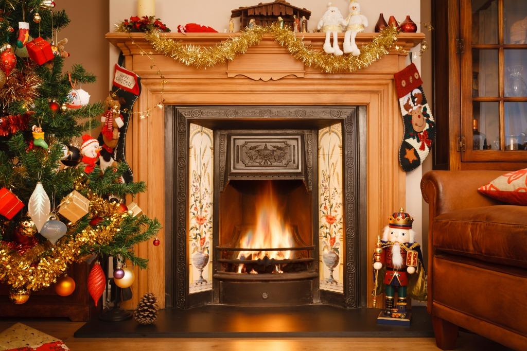 share - Christmas Fireplace Screen