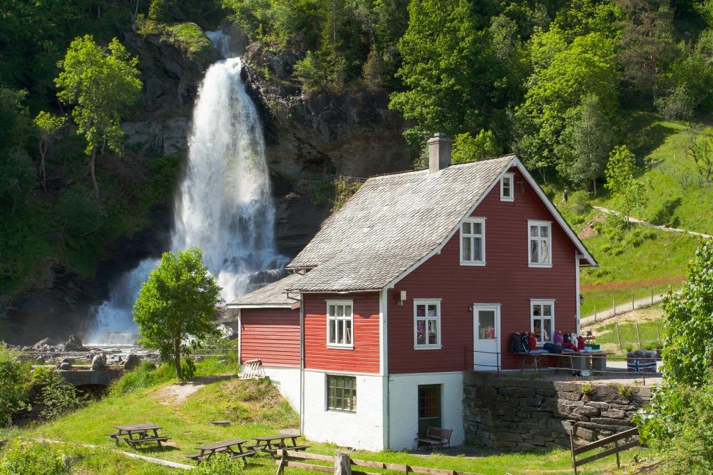 Traditionelles haus und wasserfall in norwegen jigsaw for Traditionelles haus